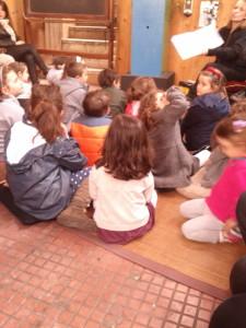 i bimbi ascoltano la storia